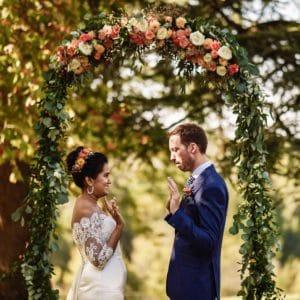 mariage en Dordogne arche florale se marier anglais indien
